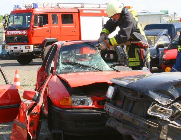Feuerwehr zerlegt ein Schrottauto